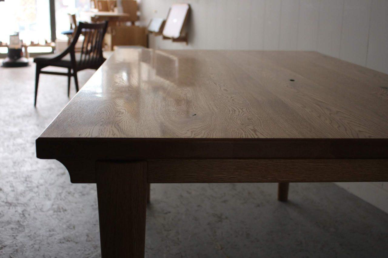 オーダー家具-ダイニングテーブルの天板表面はカンナ仕上げ