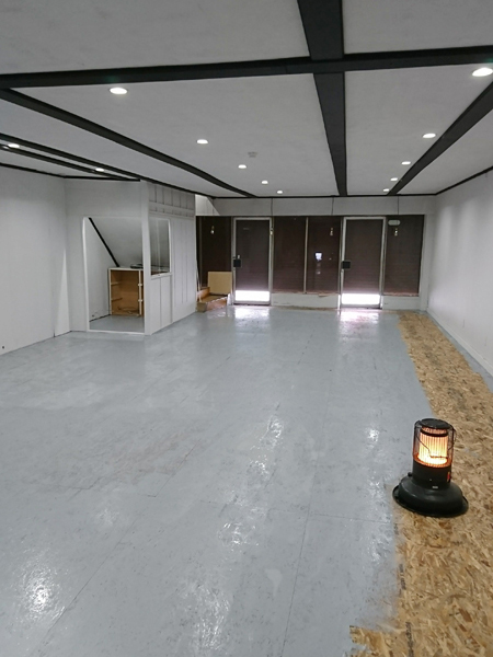 塗装した板を天井に貼り付け、床の塗装もまもなく終了
