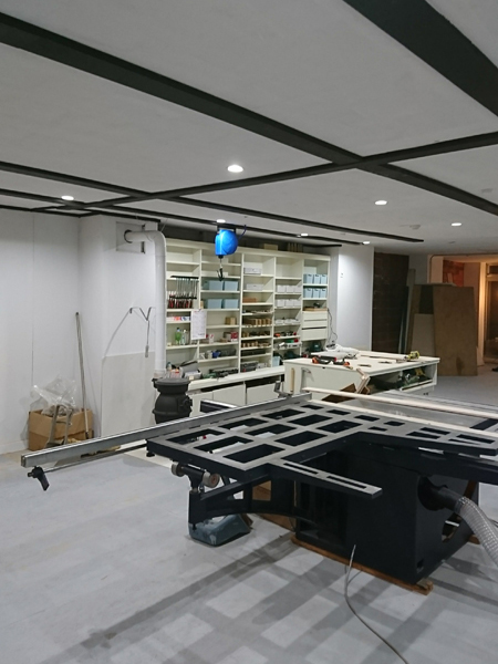 工房スペースに機械や道具も入り、製作の場らしくなってきました