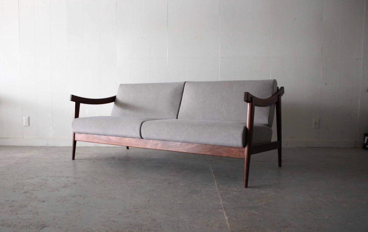 グレー色でウォールナットのソファー 品が良い 3P