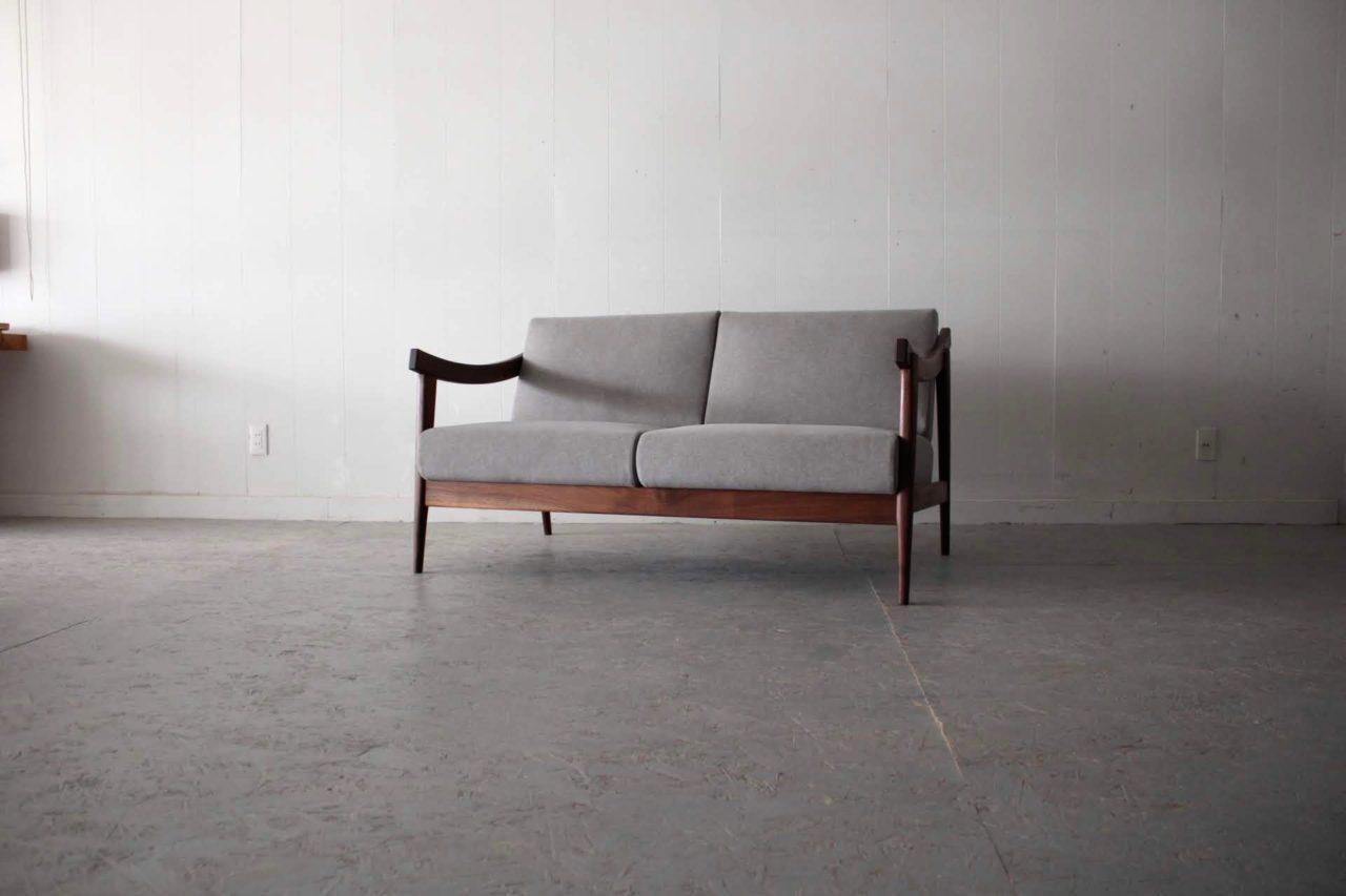 グレー色でウォールナットのソファー 品が良い 2P