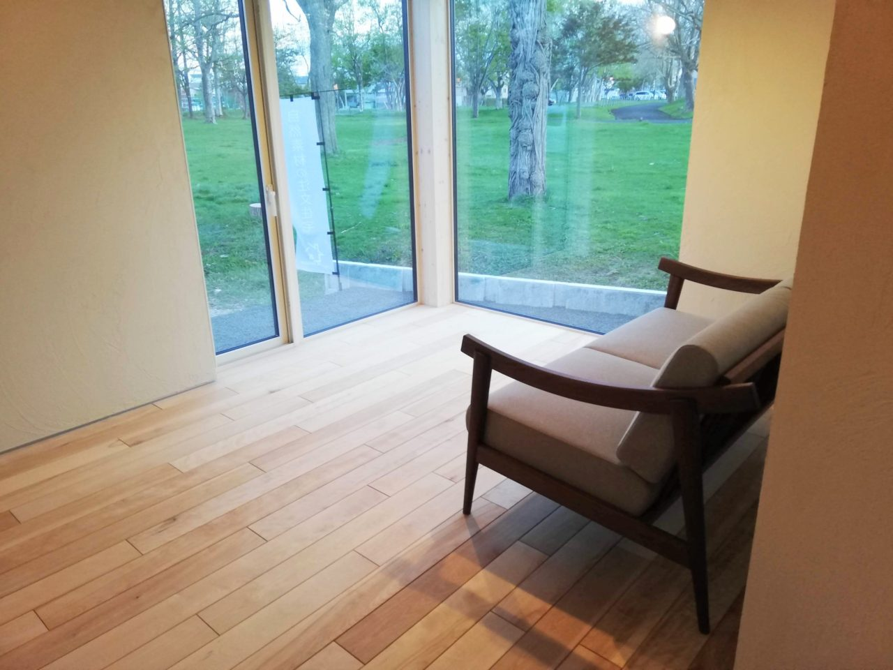 景色の良い窓辺のソファー
