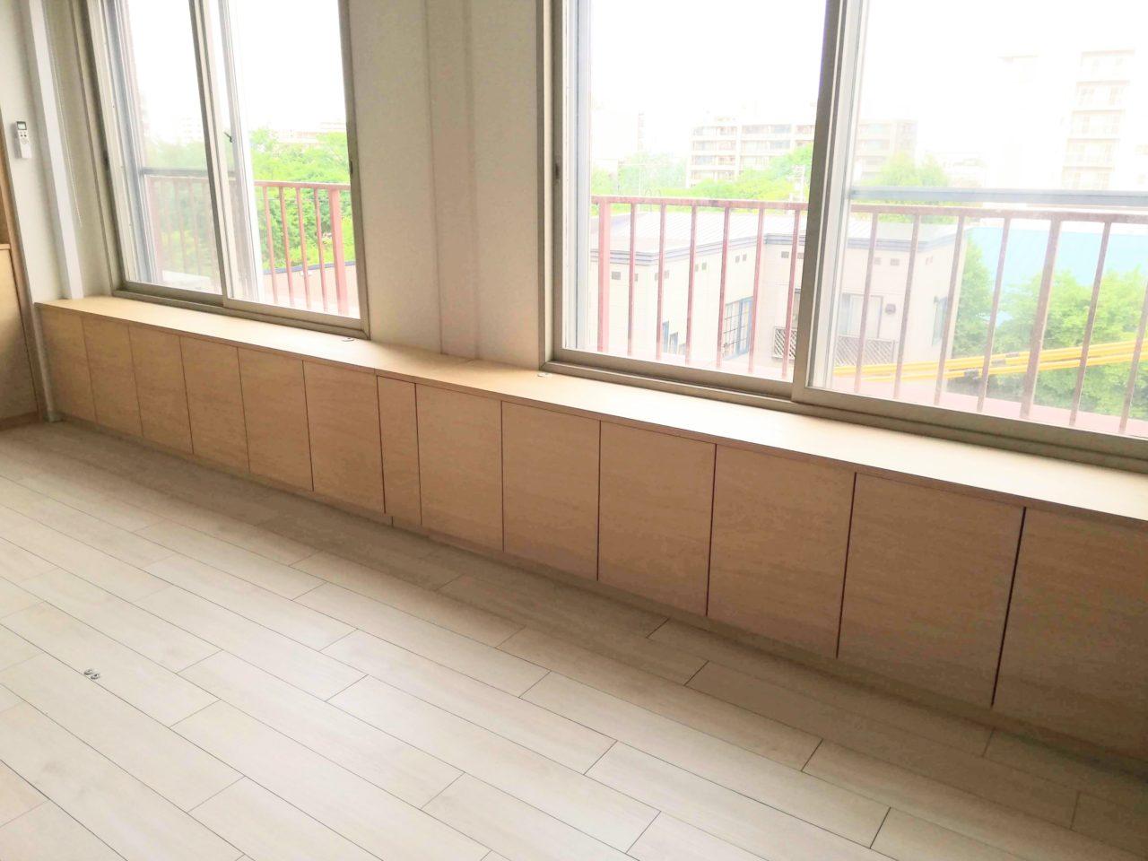 子供部屋の収納です。 お部屋の真ん中を引き戸で仕切れるため、窓下の収納は引き戸が差し込む分、小さい箱が外せるようになっています。