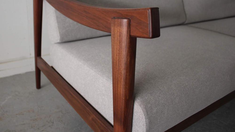 MOOTHシリーズ-椅子、ソファーの座面の生地については、スペイン輸入の物で汚れも落ちやすく、生地の厚みもありしっかりとした感触です