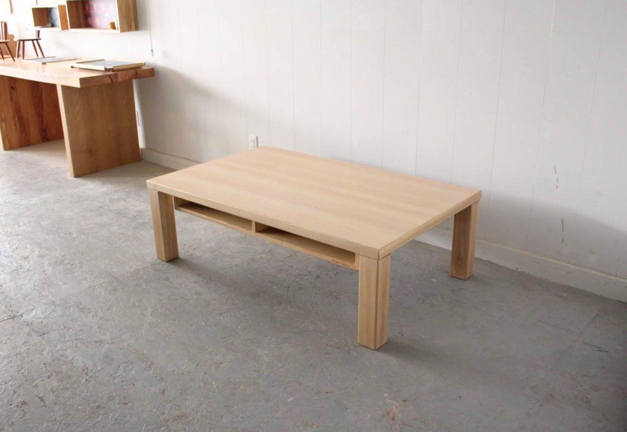 オーダー頂きましたタモ、ホワイトアッシュのセンターテーブルです。  天板の表面はメラミン材を貼っており、丈夫でお手入れし易くなっています。  他は無垢材などの天然木を使い、色を合わせております