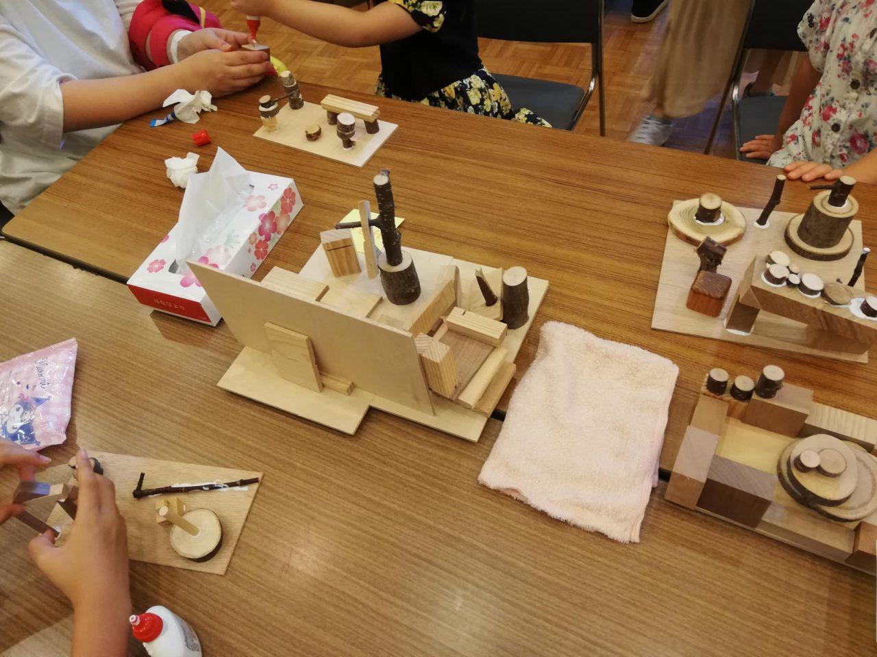 先日江別市民会館で行われた子供向けのイベント、そのワークショップの様子です。  色々なお子さんに気軽に体験して頂けるよう私のブースでは、木の木っ端をボンドでくっつけていく「ちびつみ木」を行いました。  各ブースで銀行体験やコンビニ体験など行われる中、子供たちで賑わいました。