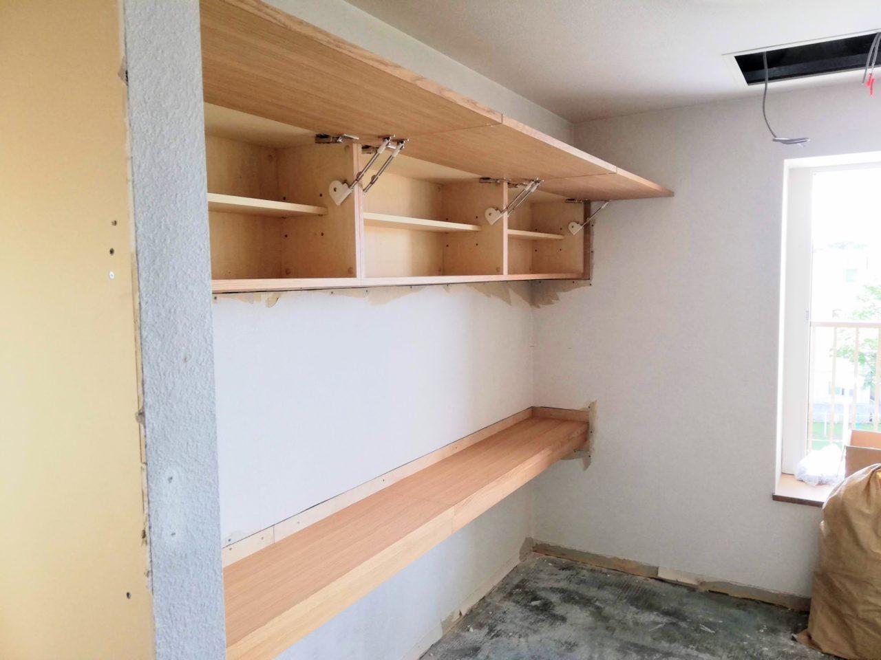 マンションリフォームに伴いatelier Kibacoさんより発注の吊り棚とカウンターです。