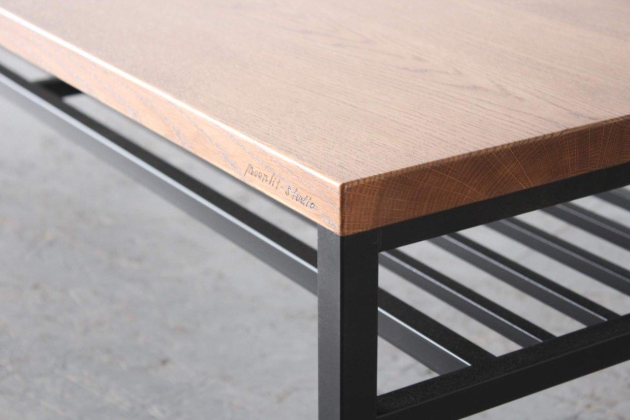 オーダー頂きました、アイアン脚のセンターテーブルになります。  脚も特注です。  天板は道産ナラでミディアム色の着色を施していますので、今後ますますヴィンテージ感が深まる事でしょう。家具の味わい、醍醐味ですね。