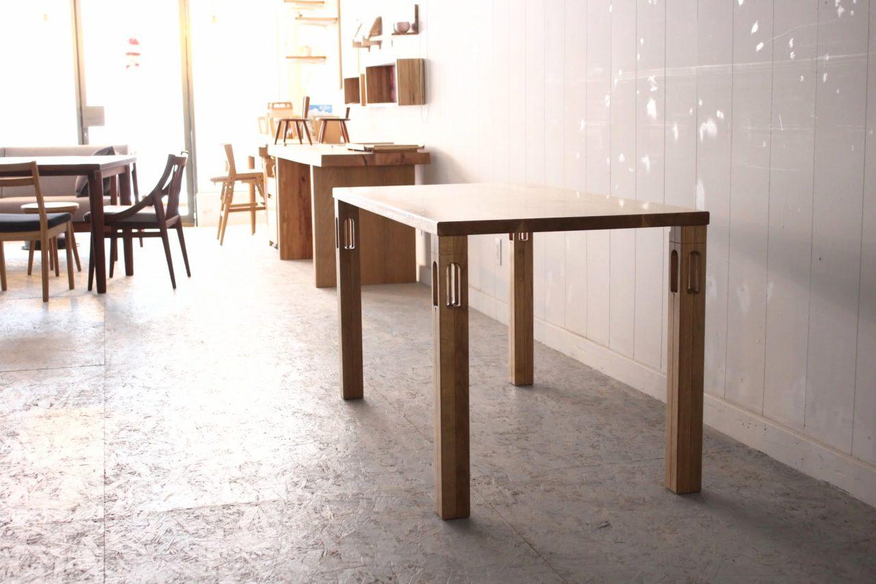 オーダー頂きましたテーブル4台です。表面的な形を追うのをやめ、シンプルなテーブルのラインはそのままで自分の好きな自分の精神世界の一部を表現できたらと思い、西洋建築的で水が流れ伝うような(滴るような)イメージを持ち、脚に掘り込みをしました。天板もいつもより縁取りのラインを強調して道産ナラ材の魅力を浮き出させるイメージを持ちました。