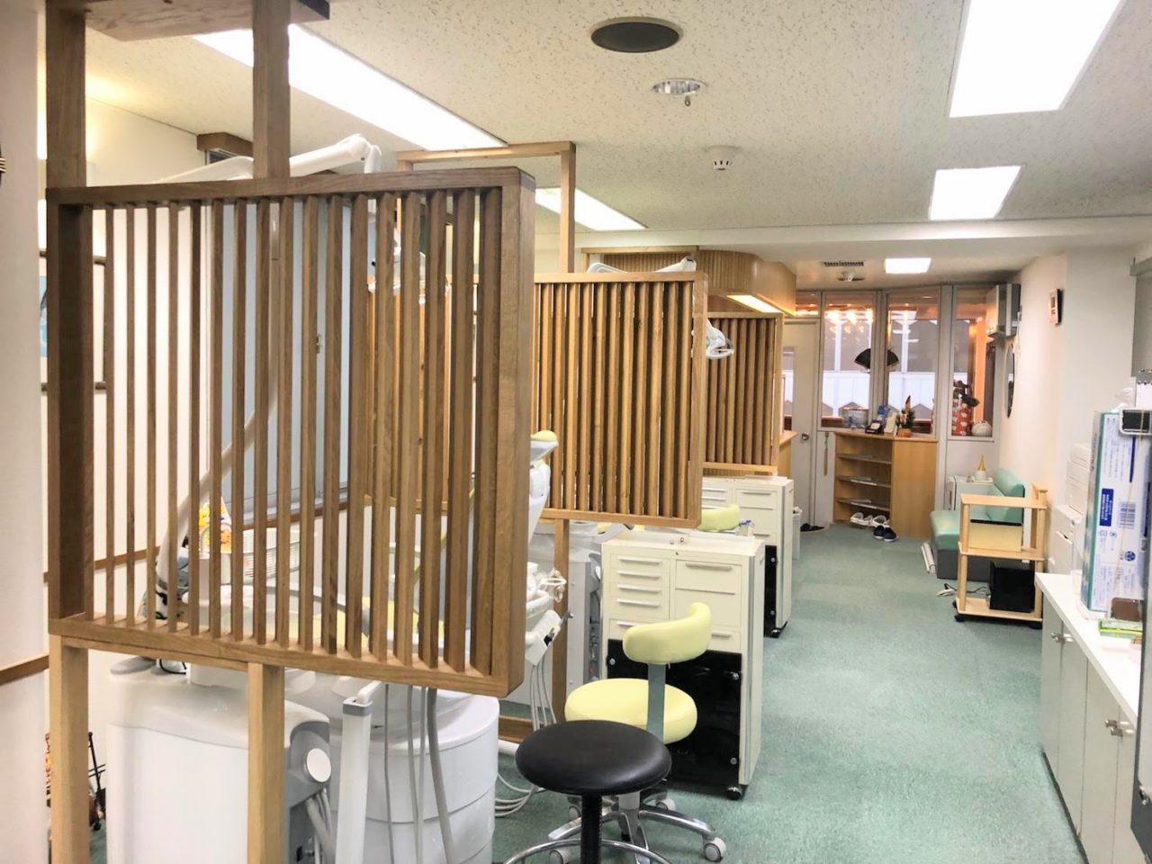 atelier Kibacoさんプロデュースによる、札幌市内の歯科さんの間仕切りなどを製作取付けしました(昨年末)。  道産ナラ材をふんだんに使ったルーバーの間仕切りや、カウンター、扉交換などを致しました。