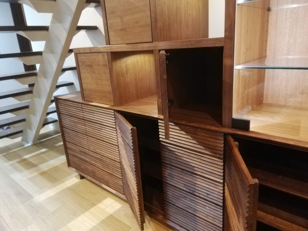 オーダー頂きましたリビングボードです。  右下に見えますカリモク家具さんのデザインに合わせ、且つ収納も重視しながら、 階段の雰囲気(段板の高さを合わせる)を取り入れ、そして重すぎず、リビングに映えたものを打ち合わせしながらご提案させて頂きました。  地震対策も特注の金物を製作しながら行っています。