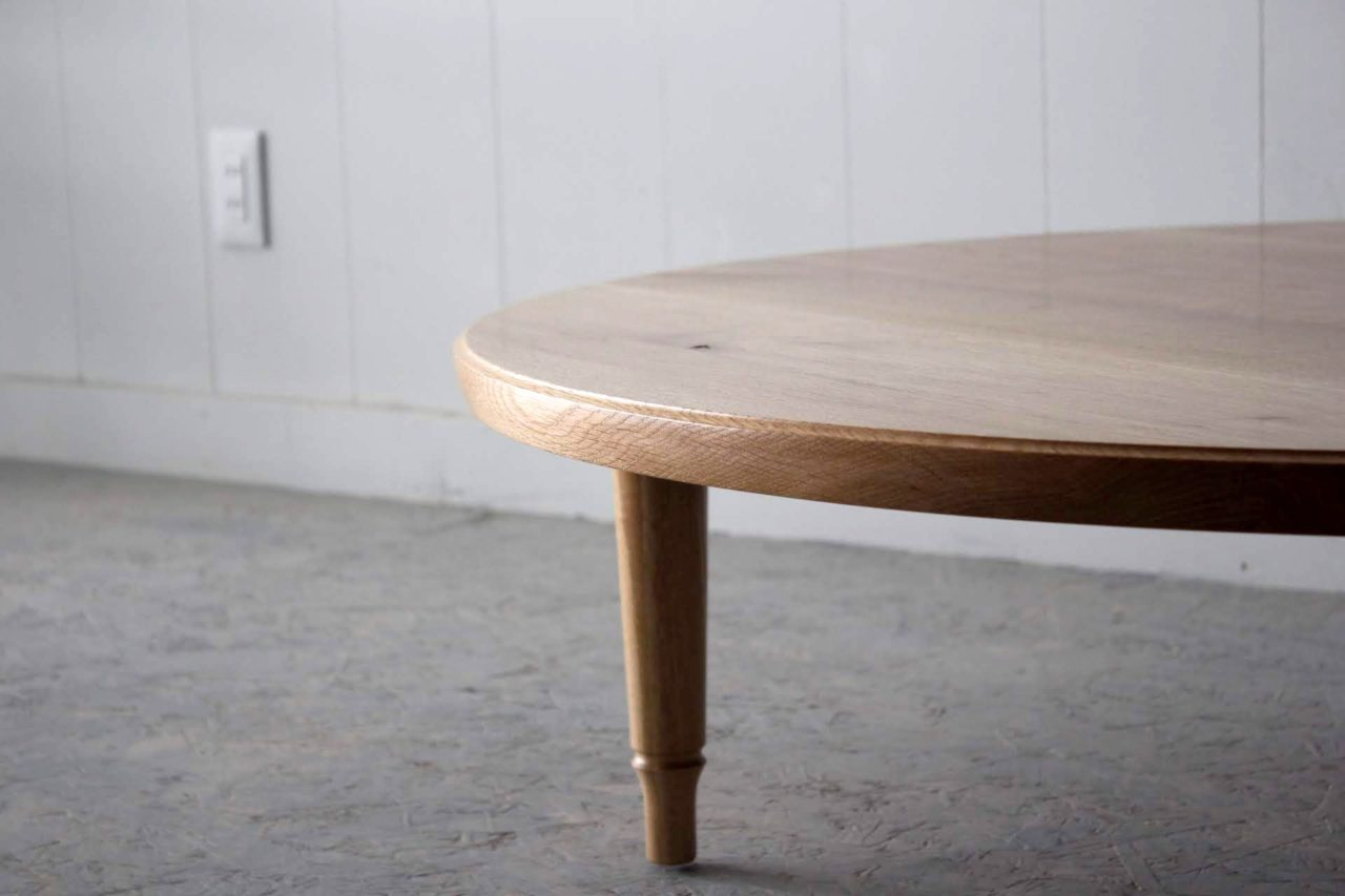 オーダー頂きましたラウンドテーブルです。  今回はやや大きめの直径1100㎜、材料は道産ナラ材にて製作しました。