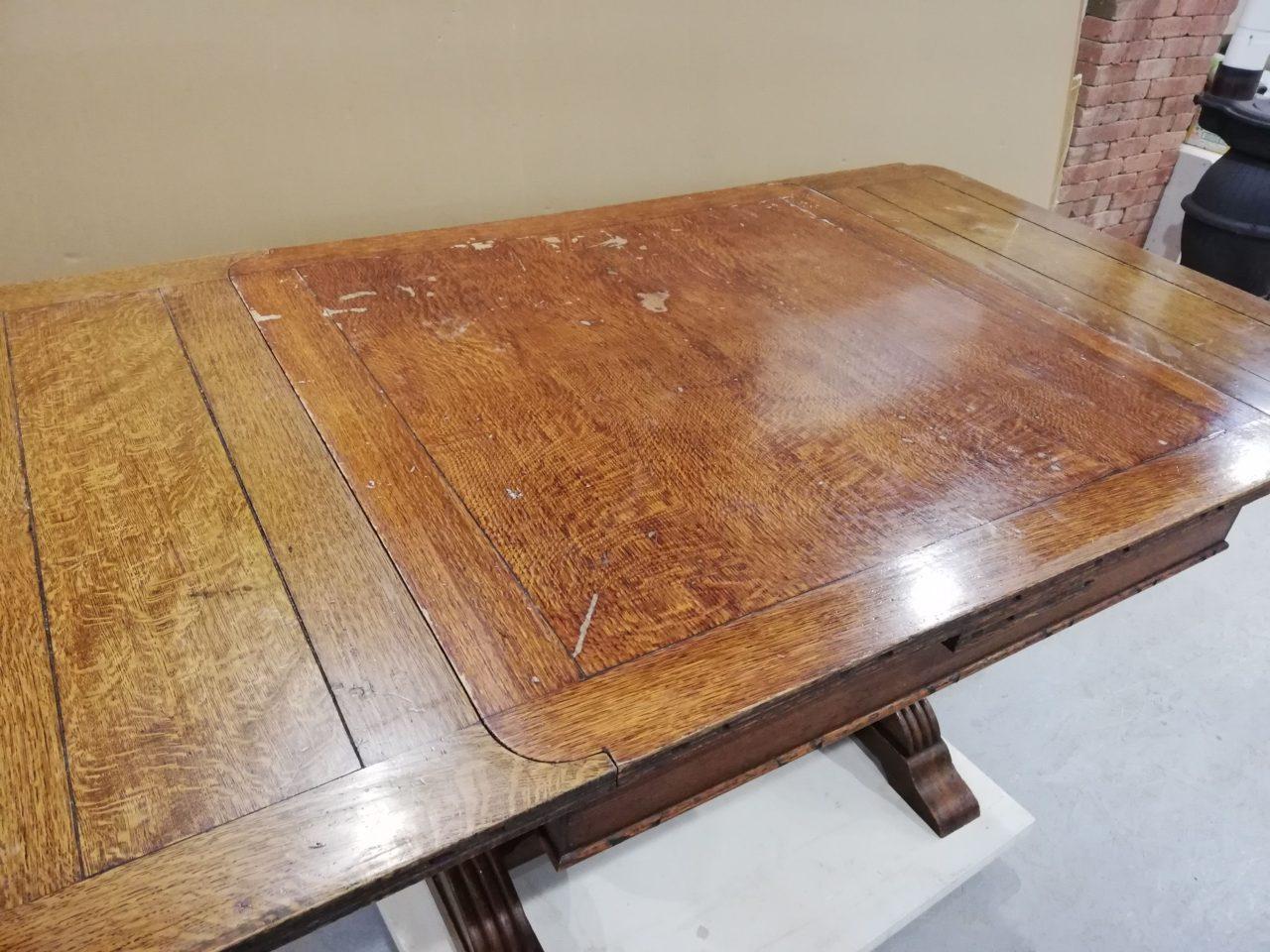 アンティークなテーブル、椅子共に全体にがたつきがある為、分解し、組み直し、補強他、細かい所もチェックしながら進めました。最後に塗装もしています。