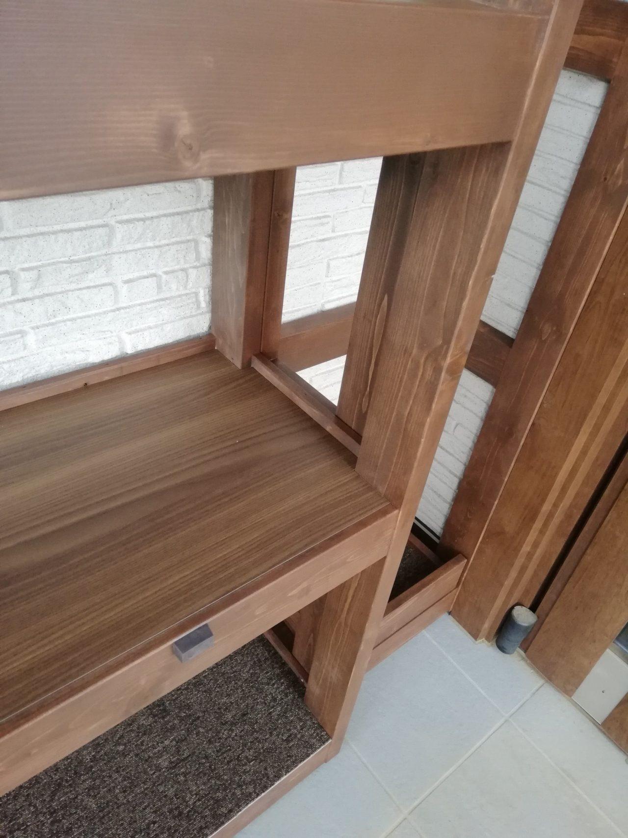 オーダー頂きました、内玄関の棚になります。  ドア枠に合わせた色で寸法や水平レベルなど、ピッタリ収まりました。